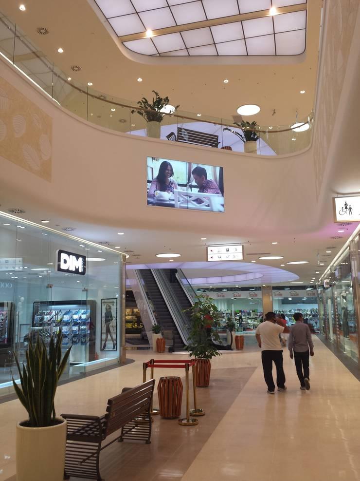 warm minimalistic design: Centres commerciaux de style  par mb architects