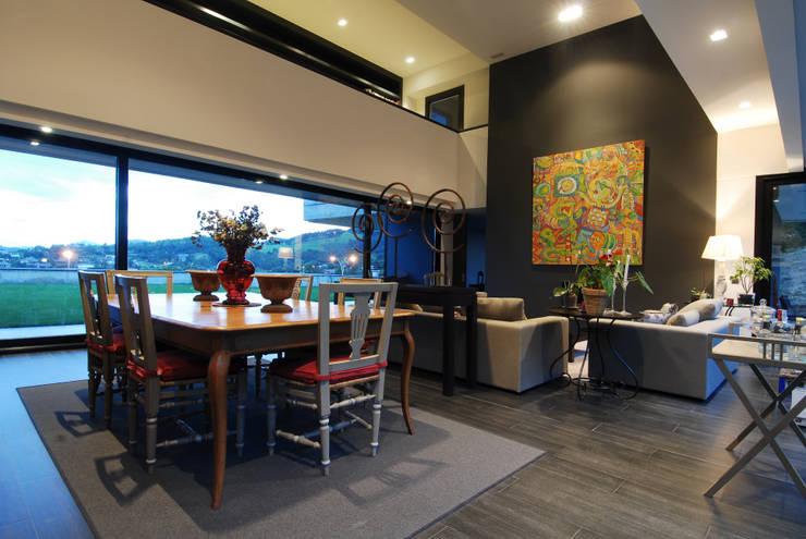 Salón con Pasillo superior de distribución de habitaciones: Casas de estilo  de DECONS  GKAO S.L.