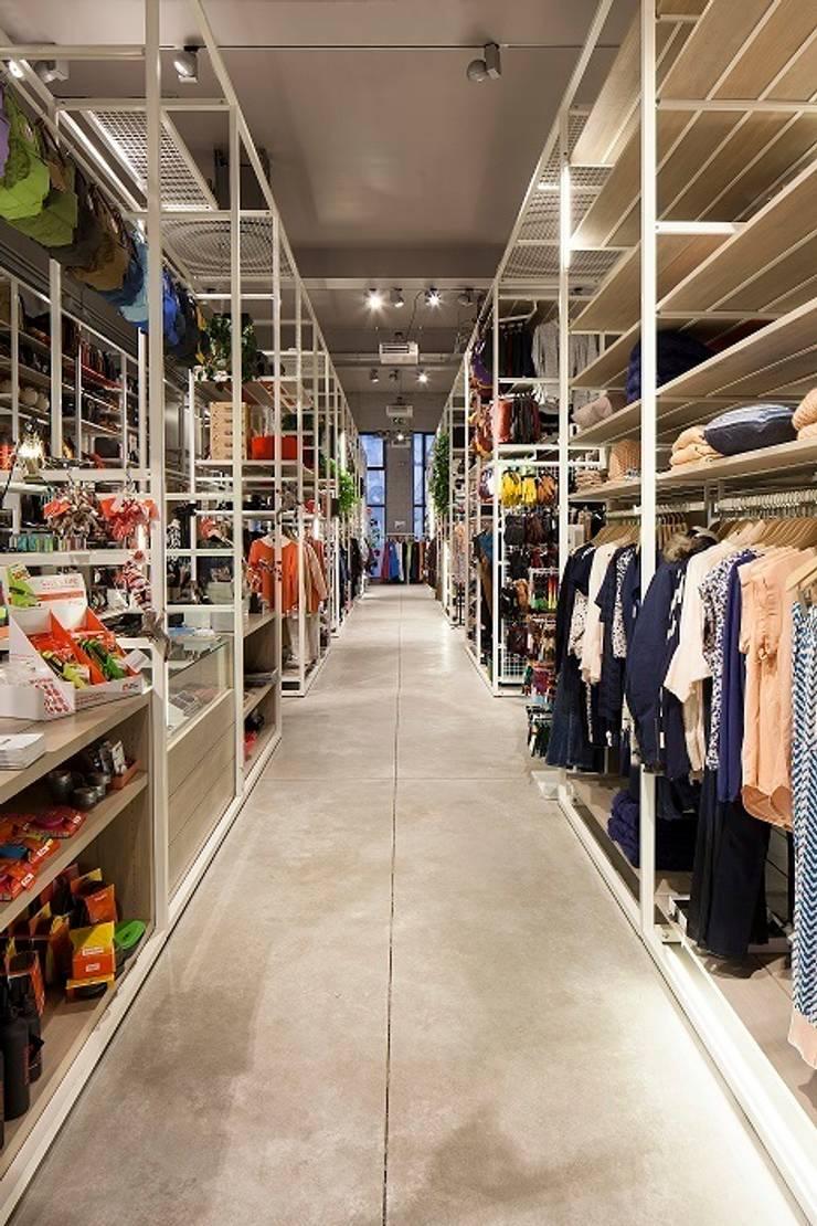 Moose in the City  -  Antwerpen :  Winkelruimten door PUUR interieurarchitecten,