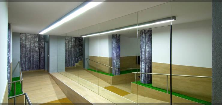 Portal en Landako..: Pasillos y vestíbulos de estilo  de Estudio TYL