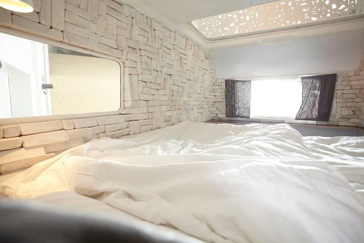 Kleine Schwester Caravan Hotel Berlin:  Hotels von SEREIN Konzeptkunst & Mikroarchitektur ,Modern