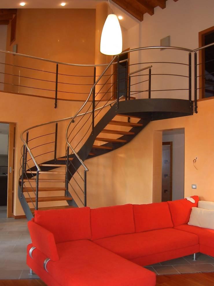 La scala che porta al primo piano: Soggiorno in stile  di massimo spagnolo architetto,