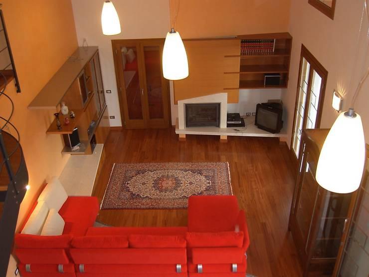 Vista del soggiorno a doppia altezza: Soggiorno in stile  di massimo spagnolo architetto,