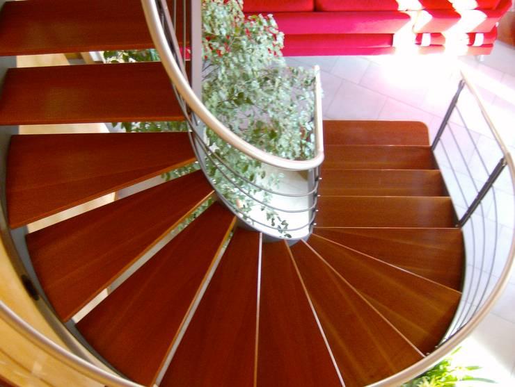 Scala su disegno in ferro e legno: Soggiorno in stile  di massimo spagnolo architetto,