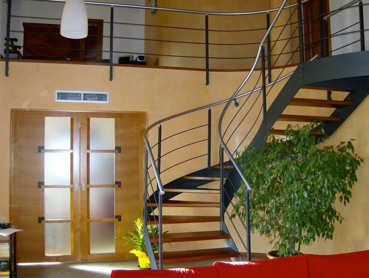 la scala e la porta su disegno della cucina: Soggiorno in stile  di massimo spagnolo architetto,