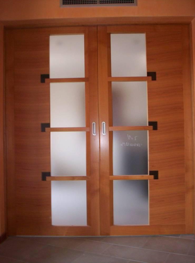 Dettaglio porte a scomparsa cucina: Finestre & Porte in stile  di massimo spagnolo architetto,