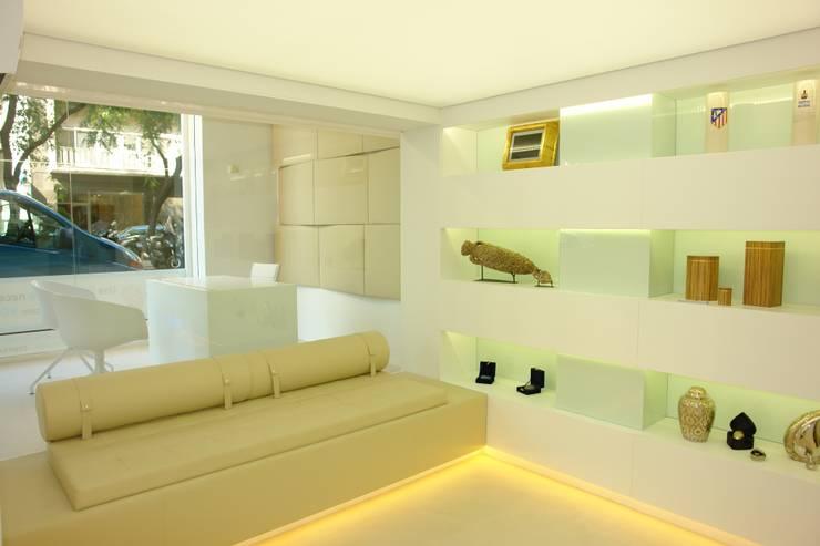 Sala de atención personalizada y exposición de producto.: Oficinas y Tiendas de estilo  de The Pont design