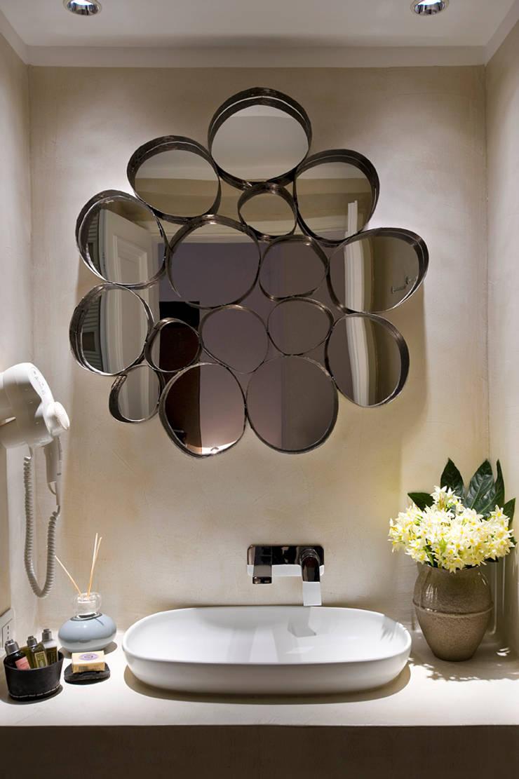 Rose mirror: Bagno in stile  di art5,