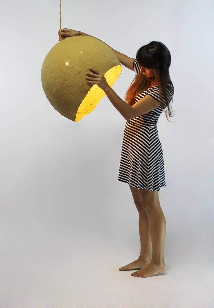 """Wisząca lampa z papier mache """"Jupiter: styl , w kategorii Salon zaprojektowany przez Crea-re Studio"""