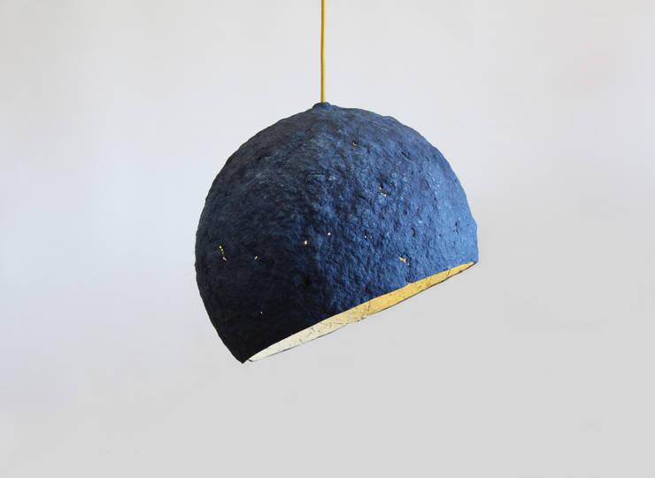 """Wisząca lampa z papier mache """"Pluto"""": styl , w kategorii Salon zaprojektowany przez Crea-re Studio"""