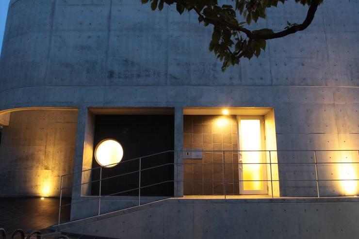 2つの中庭と大きなデッキスペースのある家(渋谷の家): 大島功市建築研究所 一級建築士事務所が手掛けた家です。