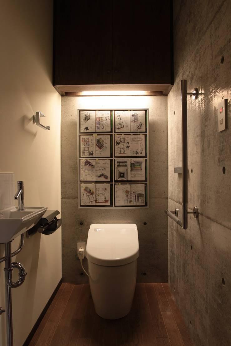 2つの中庭と大きなデッキスペースのある家(渋谷の家): 大島功市建築研究所 一級建築士事務所が手掛けた浴室です。
