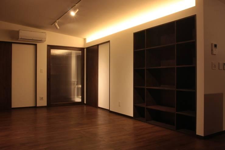 Living room by 大島功市建築研究所 一級建築士事務所, Modern