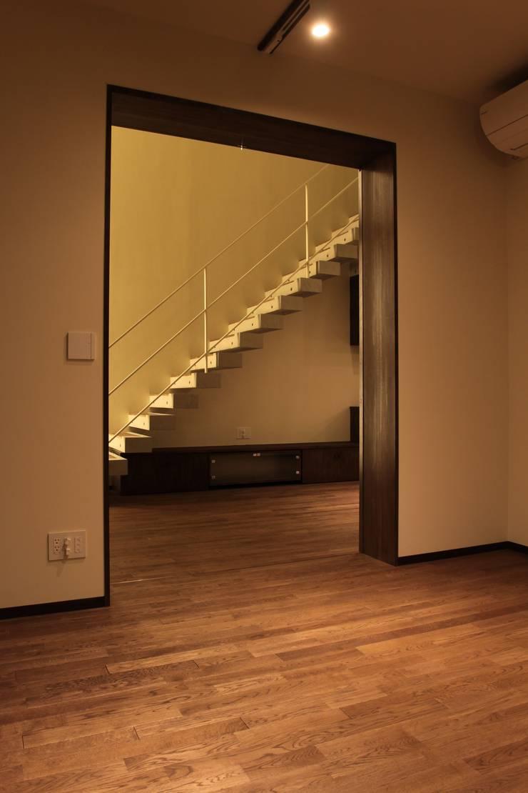 2つの中庭と大きなデッキスペースのある家(渋谷の家): 大島功市建築研究所 一級建築士事務所が手掛けた廊下 & 玄関です。