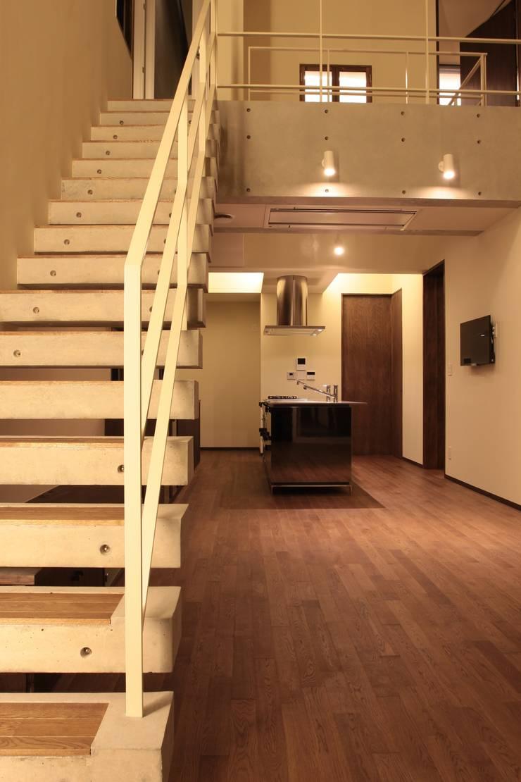 2つの中庭と大きなデッキスペースのある家(渋谷の家): 大島功市建築研究所 一級建築士事務所が手掛けたキッチンです。