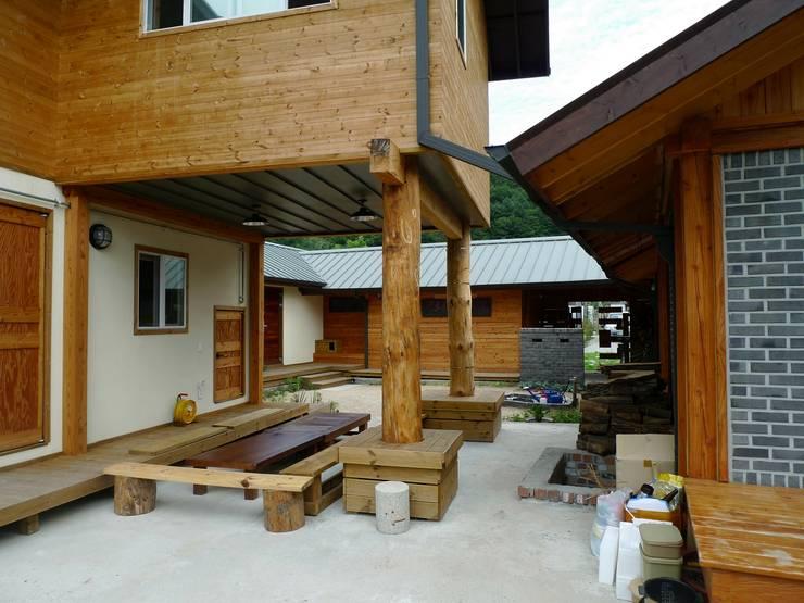 2층 침실 필로티를 통해 마당을 바라봄: a0100z space design의  정원,한옥
