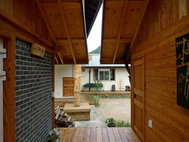 문턱이 닳는 집  VOL04당림리공방주택: a0100z space design의  베란다