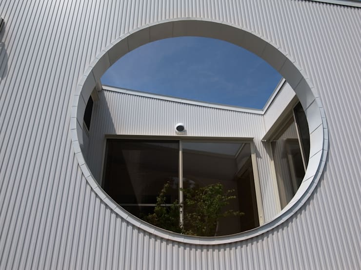 天にそそりあがるR屋根の家(川越増形の家) モダンな 家 の 大島功市建築研究所 一級建築士事務所 モダン