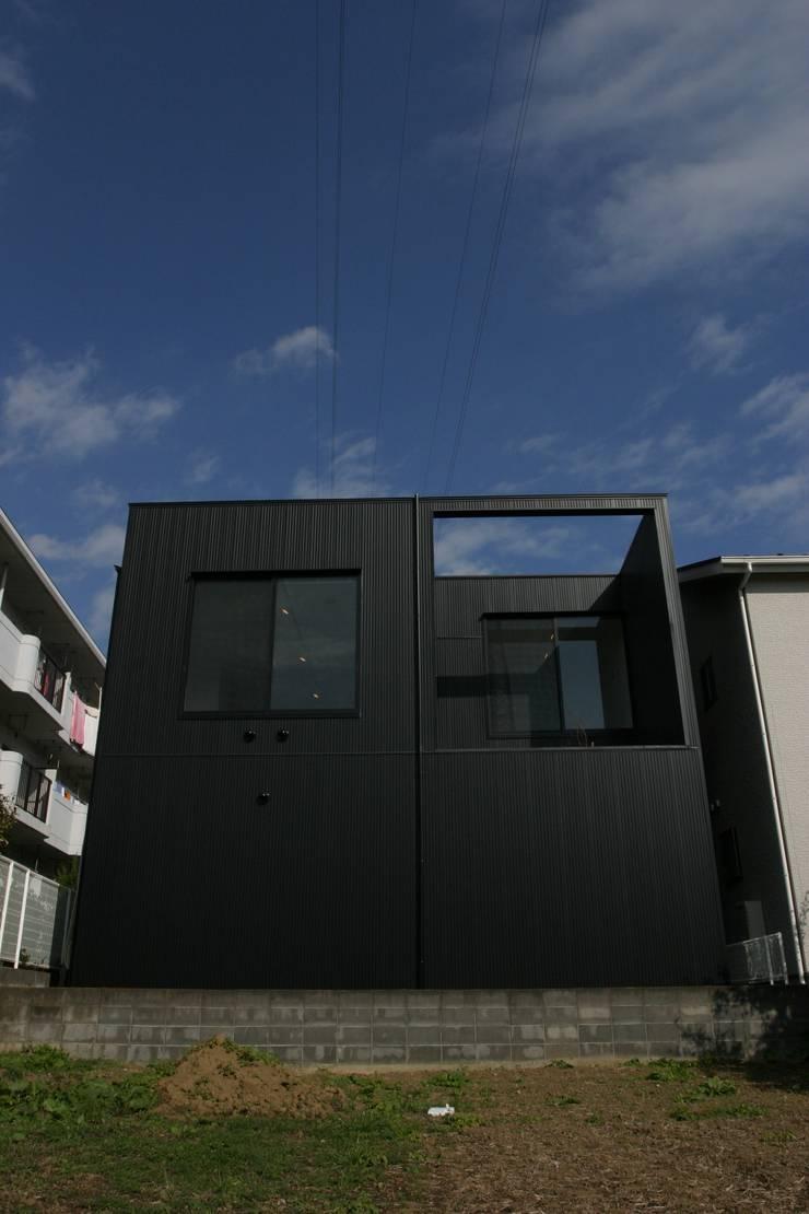 ホビールーム~中庭~ガレージが一体となった家(茅ヶ崎の家): 大島功市建築研究所 一級建築士事務所が手掛けた家です。