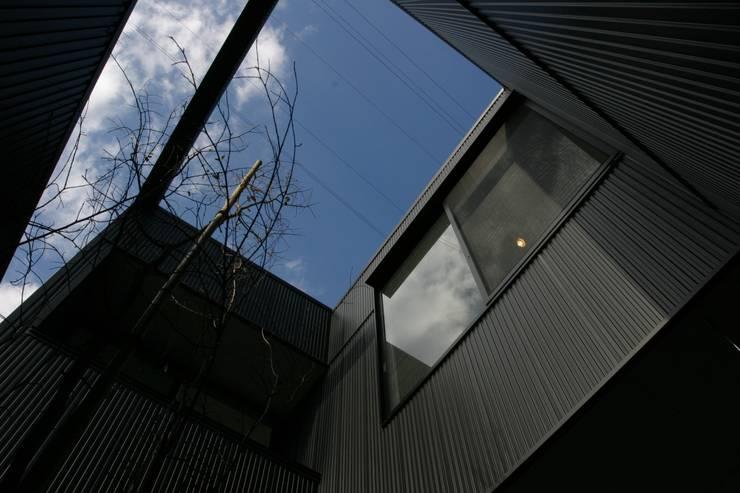 ホビールーム~中庭~ガレージが一体となった家(茅ヶ崎の家): 大島功市建築研究所 一級建築士事務所が手掛けた家です。,
