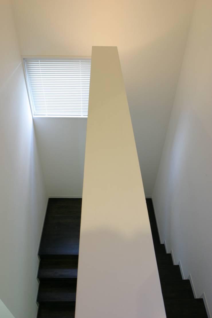ホビールーム~中庭~ガレージが一体となった家(茅ヶ崎の家): 大島功市建築研究所 一級建築士事務所が手掛けた廊下 & 玄関です。,