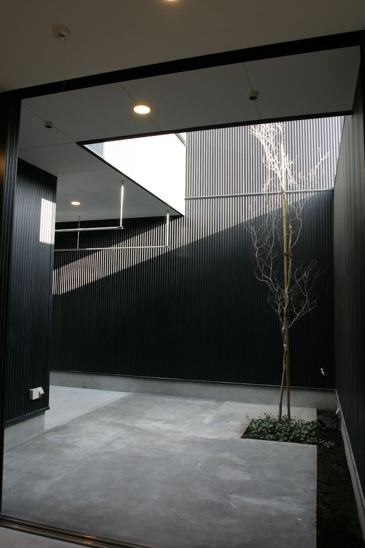 ホビールーム~中庭~ガレージが一体となった家(茅ヶ崎の家): 大島功市建築研究所 一級建築士事務所が手掛けた庭です。,
