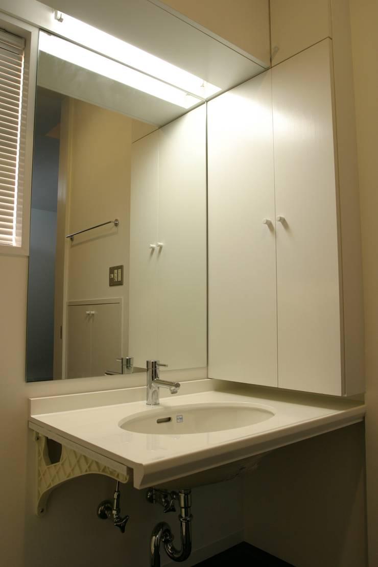 ホビールーム~中庭~ガレージが一体となった家(茅ヶ崎の家): 大島功市建築研究所 一級建築士事務所が手掛けた浴室です。