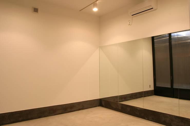 ホビールーム~中庭~ガレージが一体となった家(茅ヶ崎の家): 大島功市建築研究所 一級建築士事務所が手掛けた和室です。