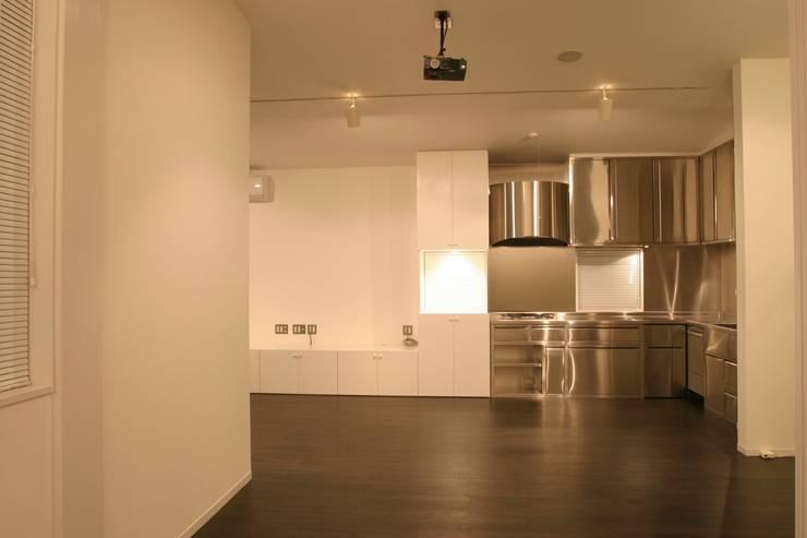 ホビールーム~中庭~ガレージが一体となった家(茅ヶ崎の家): 大島功市建築研究所 一級建築士事務所が手掛けたリビングです。,