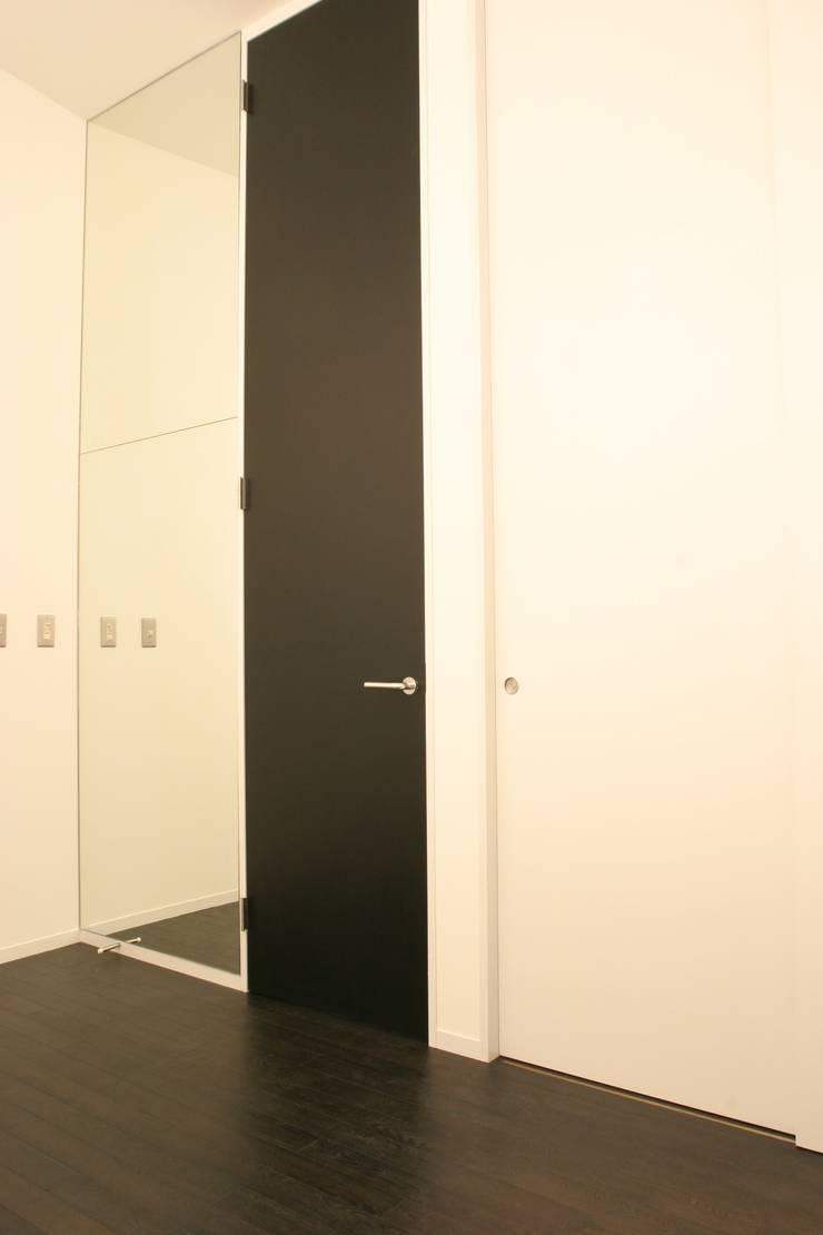 ホビールーム~中庭~ガレージが一体となった家(茅ヶ崎の家): 大島功市建築研究所 一級建築士事務所が手掛けた寝室です。