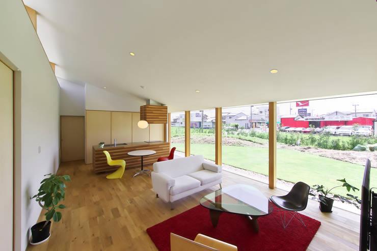 奥田の家: 五藤久佳デザインオフィス有限会社が手掛けたリビングです。