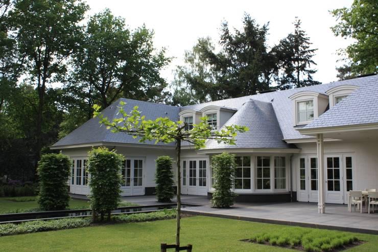 Interieur en exterieur vloeien in elkaar over door prachtige erker: landelijke Huizen door Arceau Architecten B.V.
