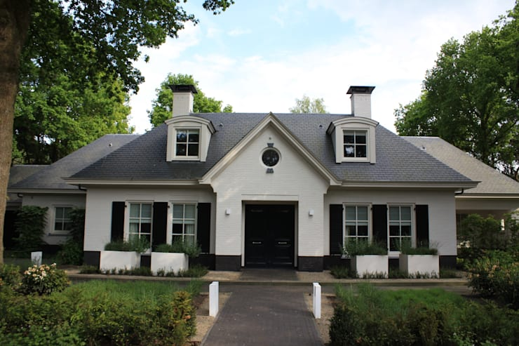 Symmetrische voorgevel maakt de entree statig: landelijke Huizen door Arceau Architecten B.V.