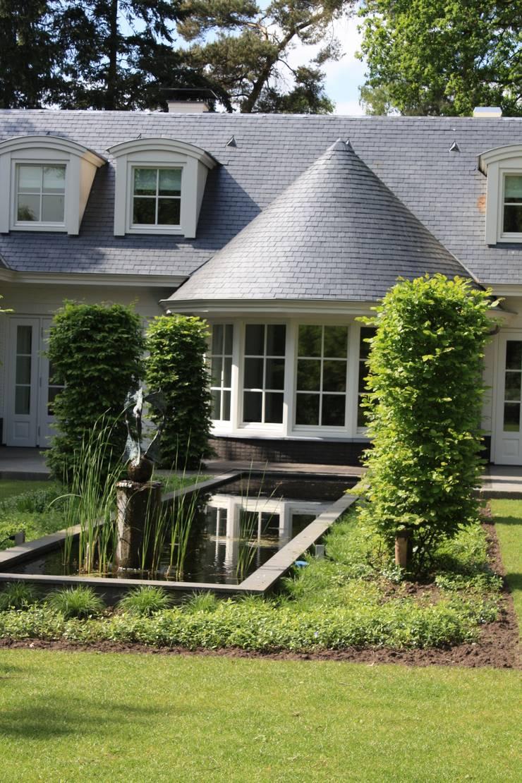 Ook met leien kun je bijzonder vormen maken: landelijke Tuin door Arceau Architecten B.V.