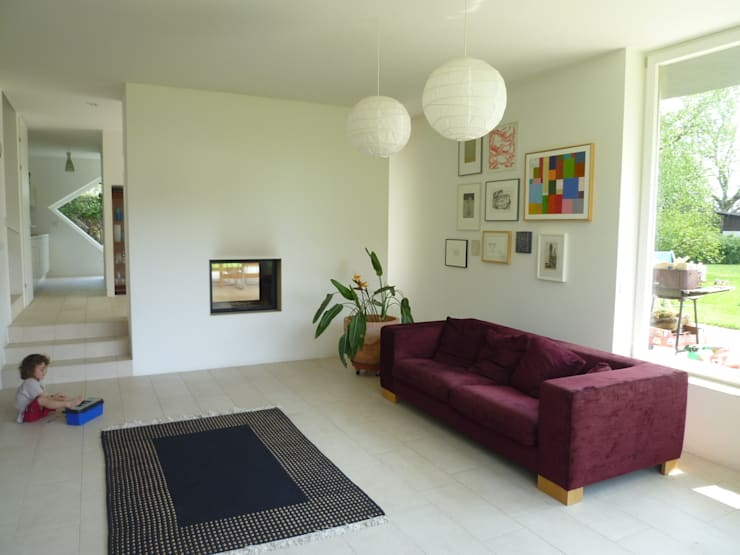 Blick Richtung Esszimmer:  Wohnzimmer von KARL+ZILLER Architektur,Modern