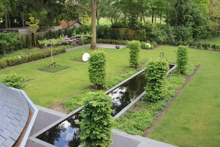 Bij een mooi woonhuis hoort een dito tuin met duidelijke lijnen: landelijke Tuin door Arceau Architecten B.V.