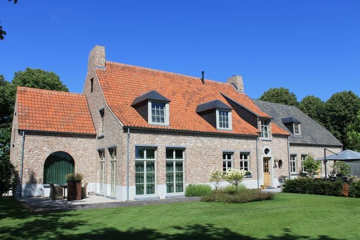 Sfeervol wonen in Vlaamse stijl:  Huizen door Arceau Architecten B.V., Landelijk