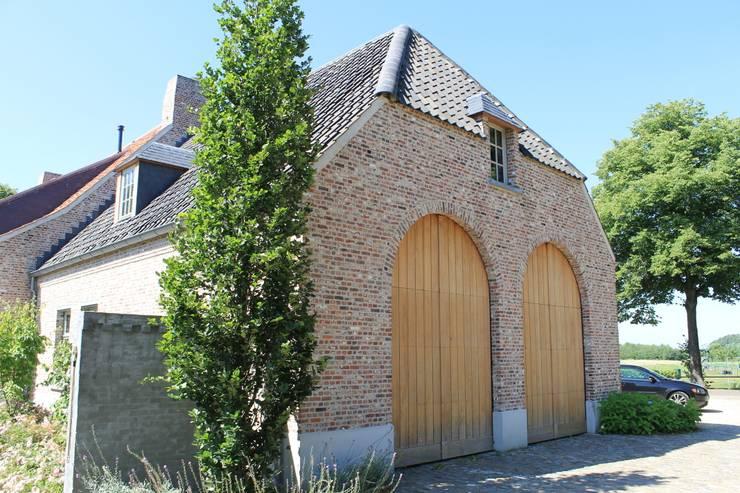 Forse eiken deuren kenmerken deze gevel:  Huizen door Arceau Architecten B.V., Landelijk
