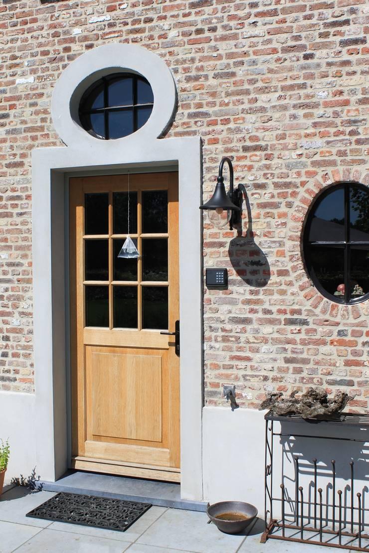 Perfectie tot in detail. Let op het ossenoog boven deze achterdeur:  Ramen door Arceau Architecten B.V., Landelijk