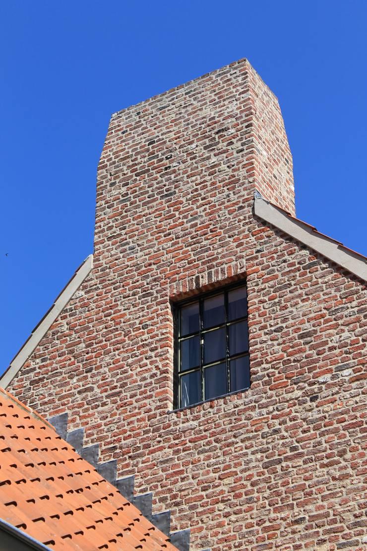 Het stalen raam op zolder laat minimalistische lijnen zien:  Ramen door Arceau Architecten B.V., Klassiek