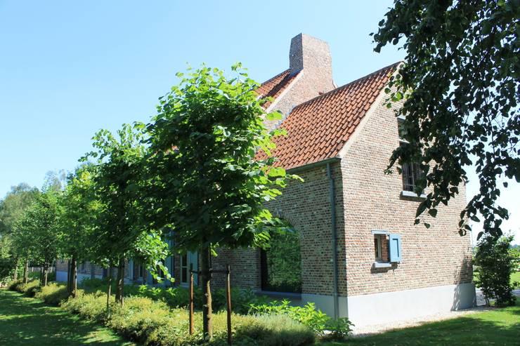 Openheid van achter - gesloten van voor:  Tuin door Arceau Architecten B.V., Landelijk