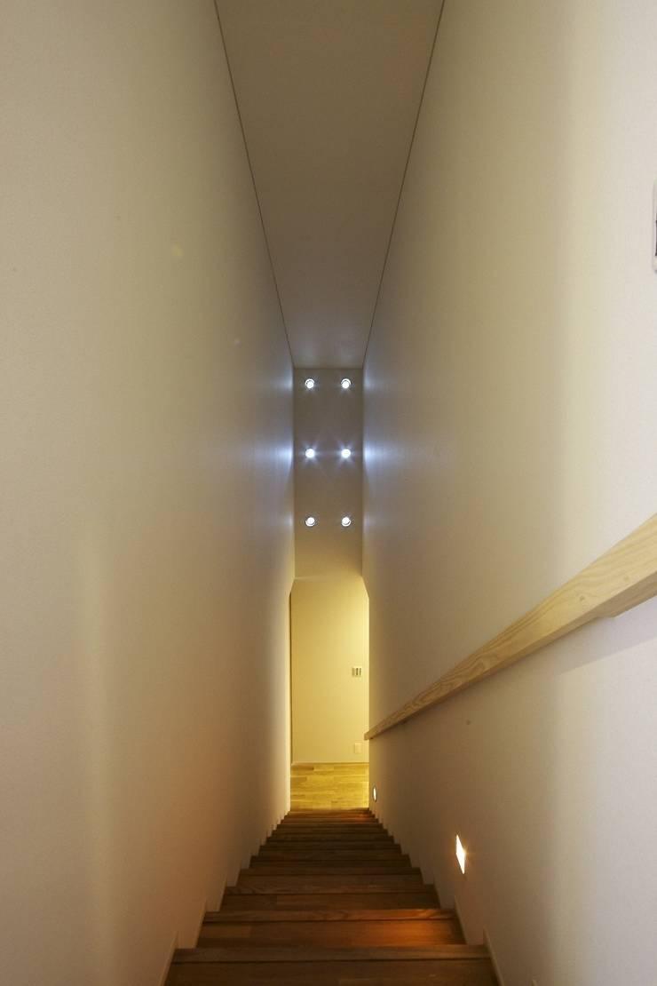 隨意取材風玄關、階梯與走廊 根據 五藤久佳デザインオフィス有限会社 隨意取材風