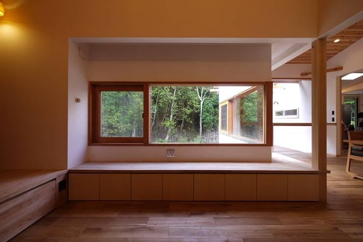 リビングの木製窓より、森の景色を楽しむ: みゆう設計室が手掛けた窓です。