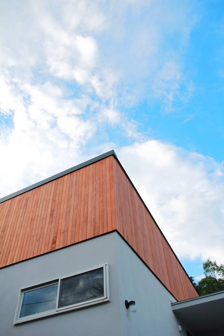 板張とシンプルな壁の外観: みゆう設計室が手掛けた家です。