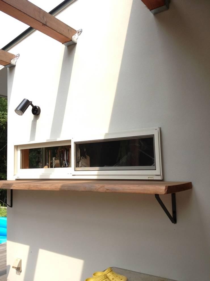 ウッドデッキとキッチンをつなぐ小窓と木製カウンター: みゆう設計室が手掛けたバルコニー&ベランダ&テラスです。