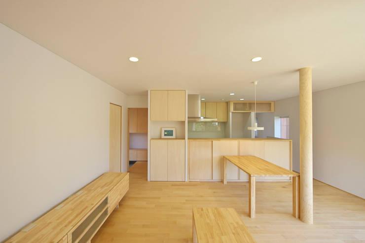 南濃の家: 五藤久佳デザインオフィス有限会社が手掛けたリビングです。