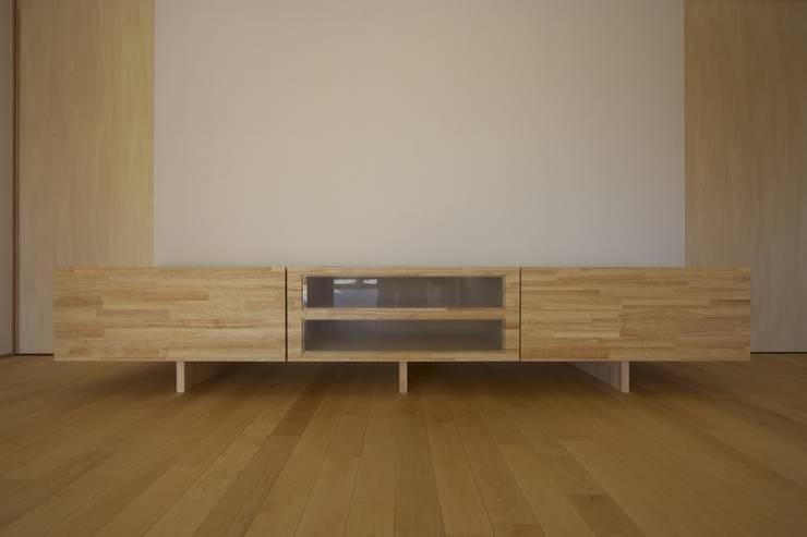 南濃の家: 五藤久佳デザインオフィス有限会社が手掛けたリビングルームです。