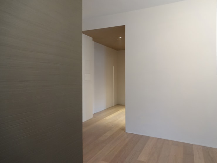 Una casa contemporanea: Ingresso & Corridoio in stile  di CAFElab studio, Moderno