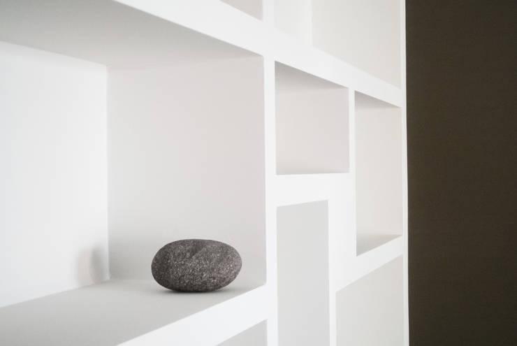 Un soggiorno contemporaneo: Soggiorno in stile  di CAFElab studio, Moderno