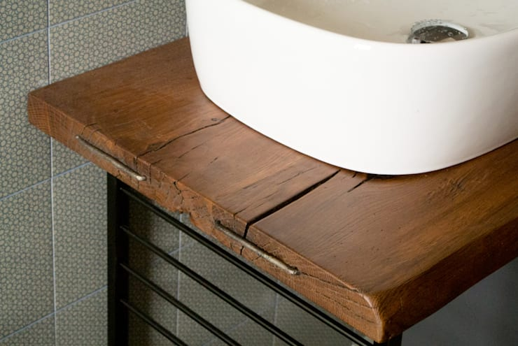 Un bagno dallo stile industriale: Bagno in stile  di CAFElab studio, Industrial Legno massello Variopinto